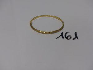 1 bracelet demi-jonc creux ciselé et ouvrant (diamètre 5,5/6cm). PB 6,1g