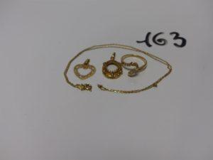 1 chaîne maille forçat (L40cm), 1 bague ornée de petites diamants (manque 2 perles, td51), 1 pendentif coeur ouvragé et 1 pendentif orné de petites perles (manque motif central. Le tout en or PB 6,5g