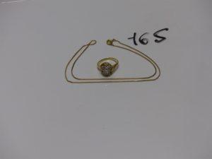 1 chaîne maille carrée en (L40cm) et 1 bague ornée de petits diamants (4 chatons vides, td51). Le tout en or PB 6,8g