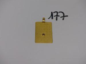 1 pendentif plaque à décor des jours du mois de décembre orné au centre d'une petite pierre rouge (H4,5cm). PB 13,7g