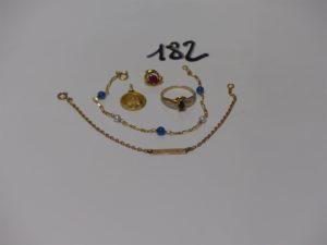 1 bracelet gourmette gravée (L15cm), 1 médaille gravée, 1 boucle ornée d'une pierre rouge (manque système), 1 bague ornée d'une pierre bleue (td53) et 1 bracelet or et petites perles (L16cm). Le tout en or PB 6,5g