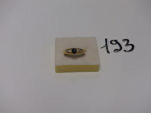 1 bague en or rehaussée d'une pierre bleue épaulée de 16 petits diamants (td57). PB 4,2g