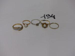 1 Lot de 4 bagues (1 or et perle t47, 1 or et pierre td52, 1 or et petits diamants manqu1 (td54), 1 or monture cassée ornée d'une perle) et 1 alliance en or (td52). PB 8,7g