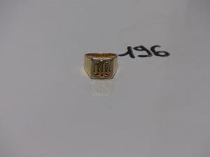 1 chevalière bicolore en or et gravée (td62). PB 11,3g