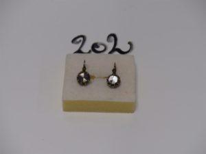 1 paire de dormeuses en or et argent monture ancienne et ornée d'un diamant taille rose (2 chatons vides). PB 3,9g
