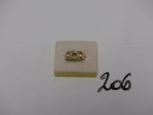 1 bague en or ornée d'une émeraude cabochon, de 2 petites émeraudes en applique et d'un pavage de petits diamant (td 52). PB 6g