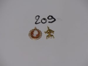 2 pendentifs en or (1 en forme d'arbre dont les petites pampilles sont ornées de petits diamants, 1 serti-griffes un camée). PB 4,8g