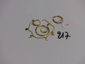 1 bracelet en or orné de breloques (L18cm), 1 créole en or et 2 bagues cassées en or. PB 8,2g (+ créole en métal)