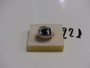 1 bague en or et platine centrée d'une pierre bleue marine entourage petites pierres bleues et petits diamants (td53). PB 10,7g