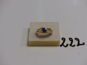 1 bague en or centrée d'une pierre bleue épaulée de 2 rangs de petits diamants (td57). PB 10,7g