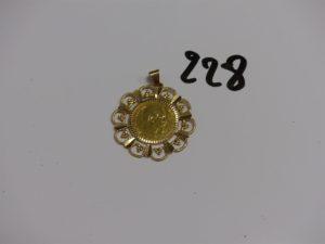 1 pendentif en or serti-griffes une pièce de 10frs. PB 5,9g