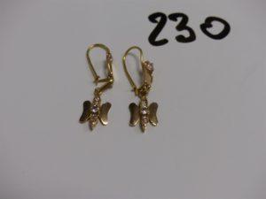 1 Paire de pendants en or à décor d'un papillon orné de petites pierres. PB 3,1g