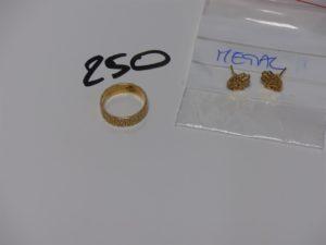 1 alliance ciselée en or (td53). PB 5,6g (+ boucles en métal doré)