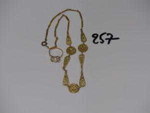 1 collier à motifs filigranés (L42cm) et 1 bague monture abimée rehaussée d'une perle (td54). Le tout en or PB 17,1g