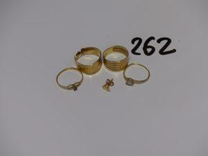 1 petite boucle abimée et 4 bagues (1 ornée d'une pierre bleue td53, 1 ornée d'une pierre blanche td51, 1 cassée et 1 ciselée td52). Le tout en or PB 6,8g