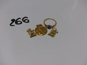 3 médailles (1 gravée au verso) et 1 bague ornée d'une pierre bleue et 6 petits diamants (td53). PB 6,9g