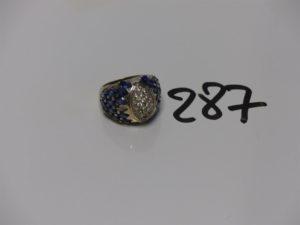 1 bague en or ornée de pavages de pierres bleues et blanches (6 chatons vides, td55). PB 14,7g