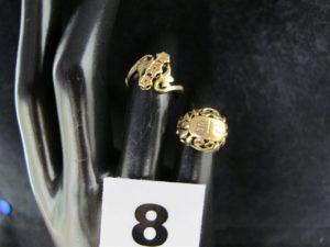 1 chevalière ajourée (TD 43) et 1 bague ancienne à motif bicolore floral (TD 49 fendue). Le tour en or. PB 5,4g