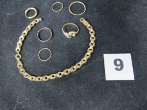 1 lot casse composé de 2 creoles, 2 anneaux, 1 alliance, 1 bague ornée de petites pierres et un bracelet en maille sectionné. Le tout en or. PB 10,2g