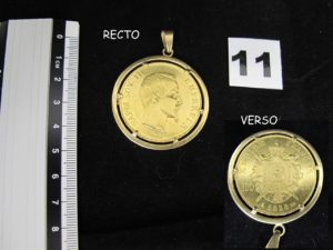 1 Pendentif en or serti griffe d'une pièce de 100 F Napoléon III (année 1858 ). PB 42,6g.