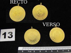 2 Pendentifs pieces en or 22k avec atta ches en métal (L 3cm). PB 14,3g