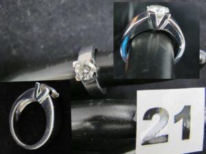 1 Bague solitaire en diamant de 1,01ct , monture en or gris (TD 50).PB 8,6g