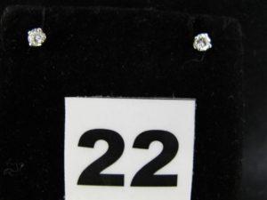 4 Boucles clous en or gris serties d'un diamant de 0,15ct chaqune, monture Alpa . PB 1,4g