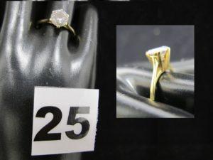 1 solitaire en or fait d'une pierre blanche (TD 56). PB 2,5g