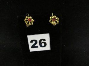 1 Paire de boucles en or à motif floral et pierre rouge en cabochon. PB 2,9g