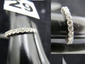 1 alliance americaine en or blanc sertie de diamants (TD 54). PB 2,7g