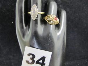 1 Bague marquise réhaussée de diamants taille rose(TD 58) et 1 bague ajourée ornée de 2 pierres abimées (TD 58). Le tout en or. PB 5,5g