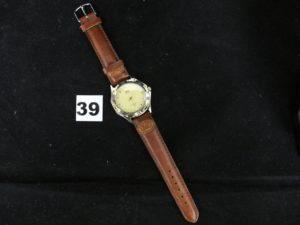 1 Montre Q Et Q à quartz, bracelet style cuir marron (L 24cm). PB 32,3g