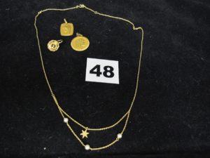 1 chaine ornée de 3 petites perles et motif etoilé (L 43cm), 1 boucle dormeuse abimée, 2 medailles de la vierge. Le tout en or. PB 5,8g