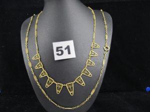 1 Collier draperie réhaussé d'elements filigranés en or (L 42cm) et 1 collier maille articulée ancien ( L51 cm, fermoir metal). PB,6,6g