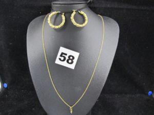 2 Boucles créoles godronées (fermoir à reparer)et 1 Chaine fine maille forçat avec un anneau mobile (bout de pe ndentif) (L 46cm).Le tout en or. PB 5,6g