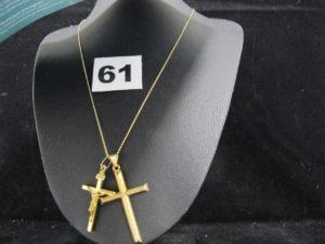 1 croix (L 4cm), 1 Christ sur croix (L 3,2cm) et 1 chaine fine maille forçat (L 40cm). Le tout en or. PB 4,8g