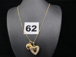 1 chaine fine en or maille gourmette (L 45cm). PB 2g ; 1 pendentif porte photo en or motif coeur bicolore ( plastique a l 'interieur )(L 1,5cm). PB 1,6g et 1 pendentif motif coeur en or (L 1,2cm). PB 0,6g