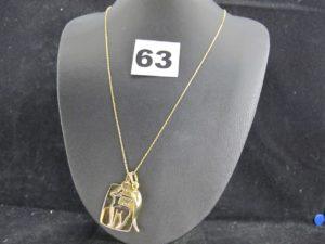 1 Chaine fine maille forçat (L 46cm), 1 pendentif motif piment (L 2,8cm) et 1 pendentif plaque signe sagitaire. Le tout en or. PB 5g