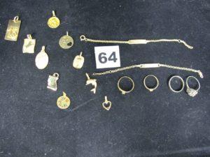 """lot casse 10 pendentifs (motif 13, signe taureau , prénom Melanie, lettre A, motif floral, ange, """"plus qu hier"""", vierge marie, dauphin et coeur rouge) 2 bracelet d'identité enfant, 3 bagues ornées de pierres (verte , blanche et or gris) et 1 alliance. Le tout en or. PB 24,1g"""