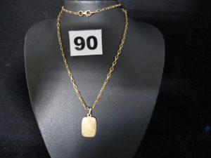 1 Pendentif plaque et une chaine ancienne en maille (L 51cm). Le tout en or. PB 7,2g