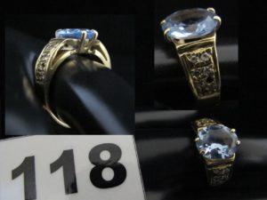 1 Bague en or ornée d'une pierre bleue épaulée de petites blanches (TD 60, chatons vides). PB 9,9g