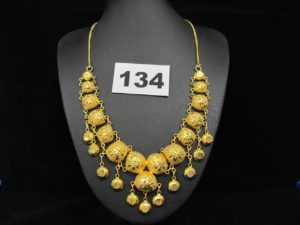 1 Collier en or 880/1000 ( 21k) fait de demi boules ciselées et pampilles (L 41 cm). PB 22,8g