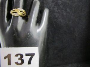 1 Bague en or ajouré, ornée de 4 petits diamants (TD 60). PB 2,9g