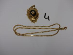 1 chaîne maille plate en or (L45cm) et 1 pendentif prte photo en or motif central orné d'un onyx et d'une petite perle (H4,5cm). PB 19,5g
