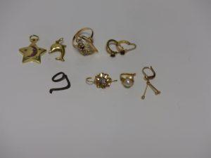2 pendentifs (1 étoile ornée de strass roses et 1 dauphin), 1 bague ornée de 3 pierres (Td 55), 2 créoles ornées d'une pierre couleur grenat, et 3 boucles dépareillées (1 ornée d'une pierre, 1 d'une perle, 1 de motifs en pampille). Le tout en or PB 11,3g