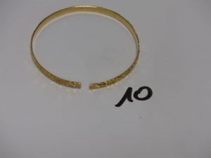 1 bracelet rigide ciselé et fendu casse en or. PB 10,5g