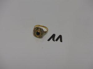 1 bague en or ornée d'une pierre bleue entourage petits diamants (Td52). PB 5,5g