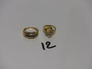 2 bagues en or (1 ornée de petites pierres blanches dont 1 abîmée Td52 et 1 bicolore ornée d'un rang de pierres bleues marines Td55). PB 5,8g