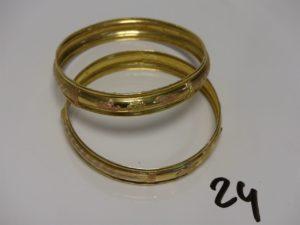 2 bracelets rigides en or à décor floral (un peu usés, diamètre 6,5cm). PB 18,6g