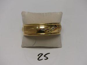 1 bracelet large en or à décor floral (diamètre 7cm). PB 11,8g